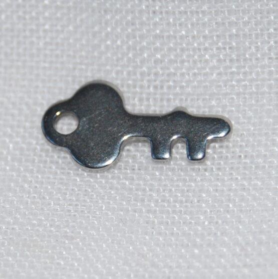 Nemesacél kulcs alakú fityegő charm