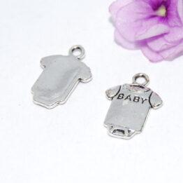 Ezüst színű rugdalózó charm fityegő