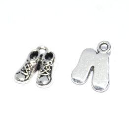 Ezüst színű baba cipő charm fityegő