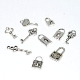 Ezüst színű kulcsok lakatok charm fityegő