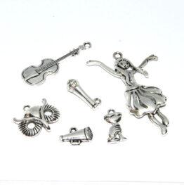 Ezüst színű vegyes charm fityegők
